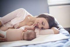 Мама знает что самые лучшие для ее младенца стоковые изображения rf