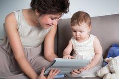 Мама играет с ее прелестным ребенком Стоковые Изображения RF