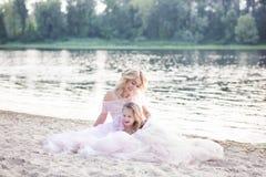 Мама играет с ее ребенком на каникулах озером Образ жизни семьи и концепция любов Мать и дочь имея нежные моменты o стоковое изображение