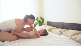 Мама играет с молодой кроватью сына дома акции видеоматериалы