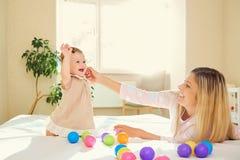 Мама играет с младенцем в комнате внутри помещения Стоковые Фотографии RF