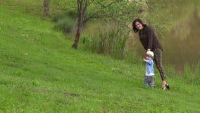 Мама идет с ее маленьким сыном акции видеоматериалы