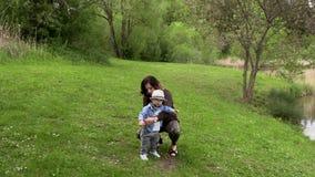 Мама идет с ее маленьким сыном видеоматериал