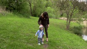 Мама идет с ее маленьким сыном сток-видео