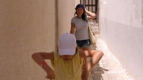 Мама идя совместно подросток дочери который хмель танцев тазобедренный на улице города сток-видео