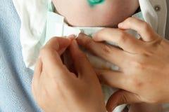 Мама изменяет пеленку ` s младенца стоковая фотография rf