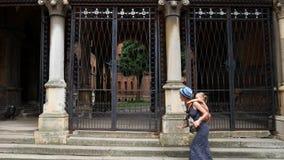 Мама и дочь бегут вдоль старинного здания Туризм, материнство, стиль, эйфория акции видеоматериалы