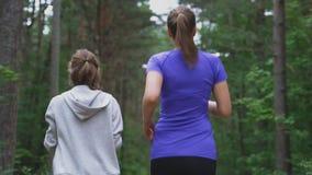 Мама и дочь бежать в лесе видеоматериал