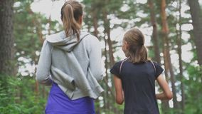 Мама и дочь бежать в лесе сток-видео