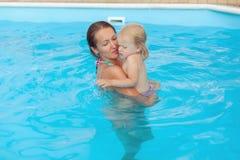 Мама и дочь в бассейне Стоковое Изображение