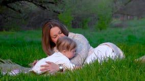Мама и дочь в парке сток-видео