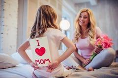 Мама и дочь дома стоковое изображение rf