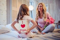 Мама и дочь дома Стоковое Изображение