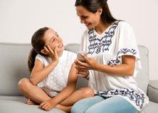 Мама и дочь дома Стоковое Фото