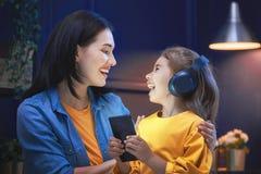 Мама и дочь играют Стоковые Изображения