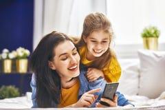 Мама и дочь играют Стоковая Фотография RF