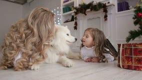 Мама и дочь играя с собакой Рождество видеоматериал