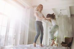 Мама и дочь имея потеху дома стоковое фото rf