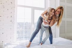 Мама и дочь имея потеху дома стоковые изображения rf