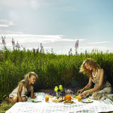 Мама и дочь на пикнике Стоковые Фотографии RF