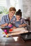 Мама и дочь подготавливают печенья в кухне стоковая фотография