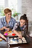 Мама и дочь подготавливают печенья в кухне стоковые фотографии rf