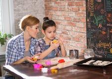 Мама и дочь подготавливают печенья в кухне стоковые изображения rf