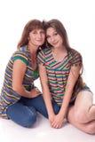 Мама и дочь сидят в объятии Семейное фото различные взволнованности стоковые фотографии rf