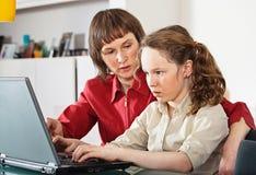 Мама и дочь с компьтер-книжкой Стоковое Изображение RF