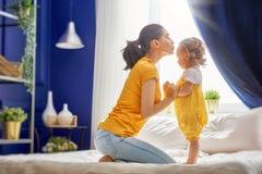 Мама и ее дочь играют Стоковое Изображение