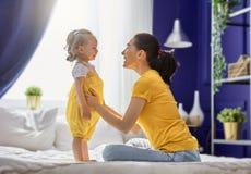 Мама и ее дочь играют Стоковая Фотография