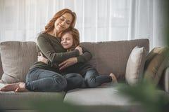 Мама и ее маленький ребенок обнимая с их глазами закрыли Стоковое Изображение