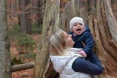 Мама и ее ребенок в баварском Forrest стоковые изображения