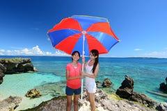 Мама и ее ребенок на пляже стоковая фотография
