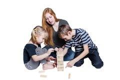 Мама и 2 дет играют деревянные изолированные блоки Стоковое Фото
