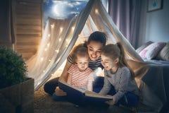 Мама и книга чтения детей Стоковые Изображения