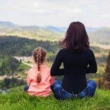 Мама и маленькая дочь размышляют на верхней части mountai Стоковая Фотография