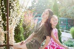 Мама и маленькая дочь сидя в беседке в природе Стоковые Изображения RF