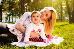 Мама и младенец в природе Стоковые Фотографии RF