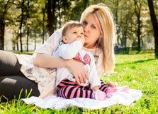 Мама и младенец в природе Стоковые Фото