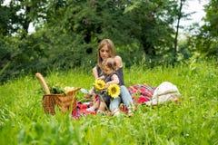 Мама и младенец имея пикник стоковое фото rf