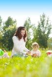 Мама и младенец красоты outdoors Счастливая семья играя в природе Mo стоковое фото rf