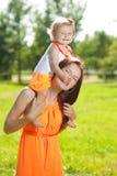 Мама и младенец красоты outdoors Счастливая семья играя в природе Mo стоковые изображения rf