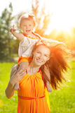 Мама и младенец красоты outdoors Счастливая семья играя в природе Mo стоковые фотографии rf