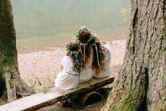 Мама и 2 дочери идя около озера Стоковая Фотография