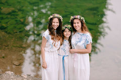 Мама и 2 дочери идя около озера Стоковые Изображения