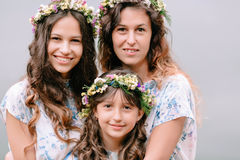 Мама и 2 дочери идя около озера Стоковые Изображения RF
