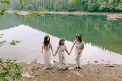 Мама и 2 дочери идя около озера Стоковые Фотографии RF