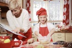 Мама и дочь в кухне Стоковые Фотографии RF