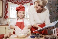 Мама и дочь в кухне Стоковое Изображение